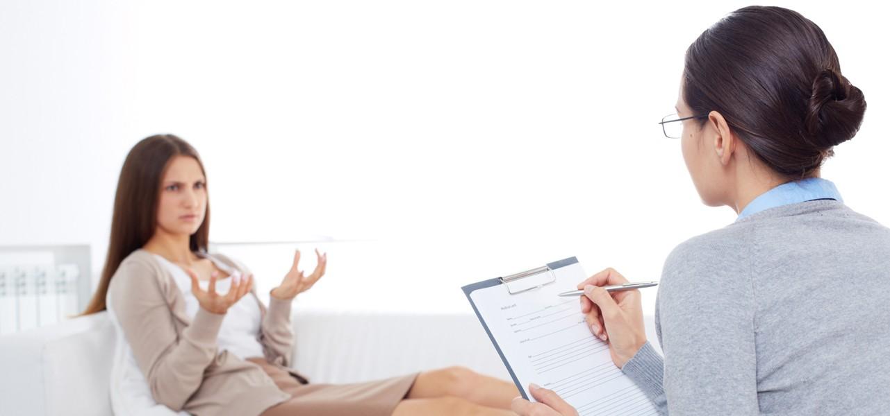 Pomoc psychologiczna udzielana zmartwionej kobiecie
